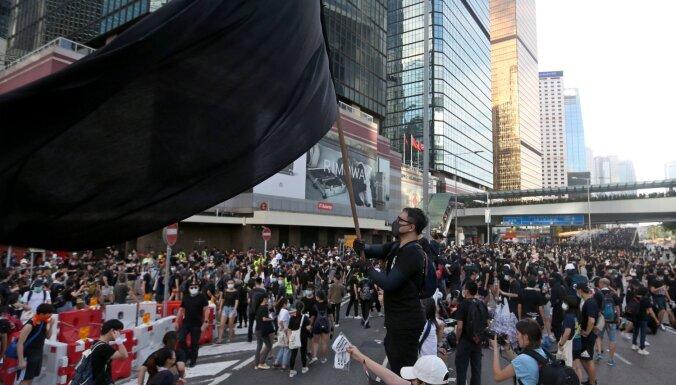 Ķīna nosoda ASV un Lielbritāniju par jaukšanos Honkongas lietās