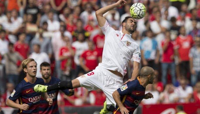 """ВИДЕО: """"Барселона"""" проиграла второй раз в примере, в мадридском дерби — ничья"""