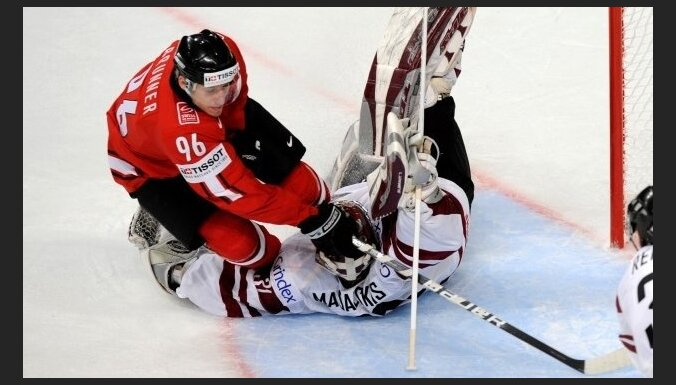 Рикошет за 8 секунд до сирены помог вице-чемпионам мира обыграть Латвию