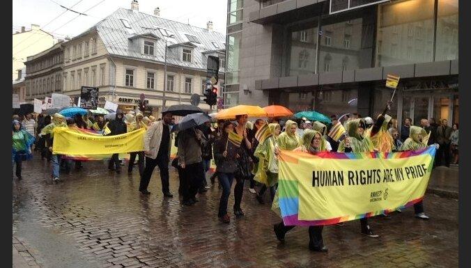 Fotoreportāža: Rīgas ielās norisinās 'Baltijas praida 2012' gājiens