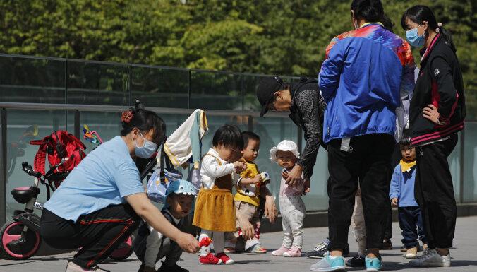 Ķīna pāriet uz 'trīs bērnu politiku'