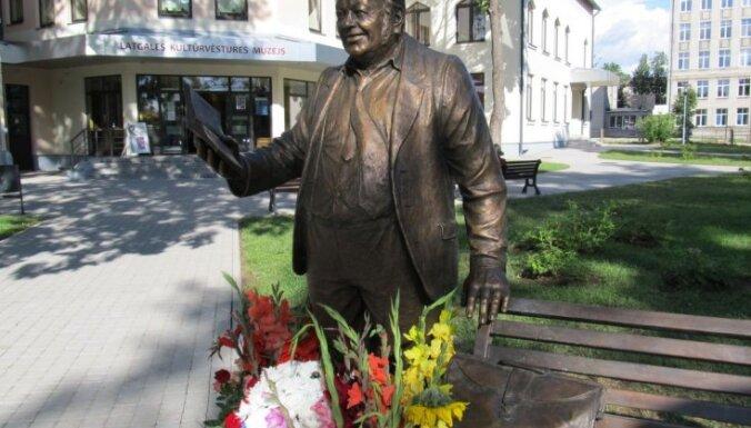 Rēzeknē uzstādīts piemineklis latgaliešu māksliniekam Antonam Kūkojam