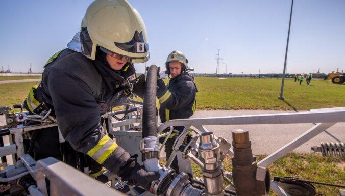 Foto: Rīgas ostā norisinās civilās aizsardzības mācības