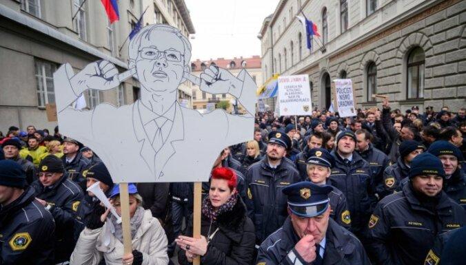 Imigrācijas krīzes pārslogotā Slovēnijas policija protestos pieprasa algu palielināšanu