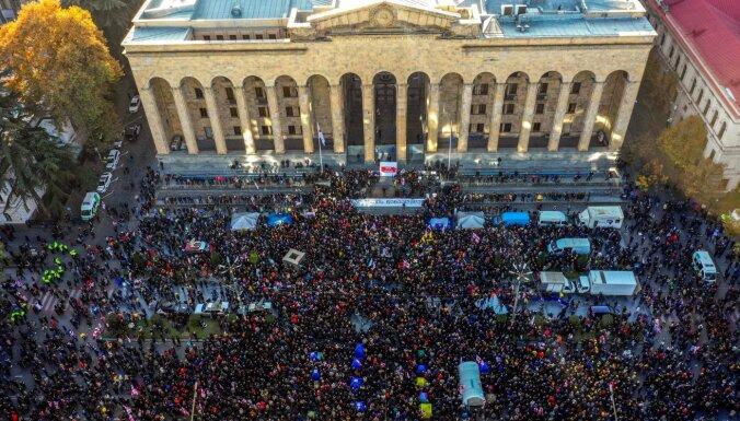 Десятки тысяч человек вышли на митинг к зданию парламента в Тбилиси