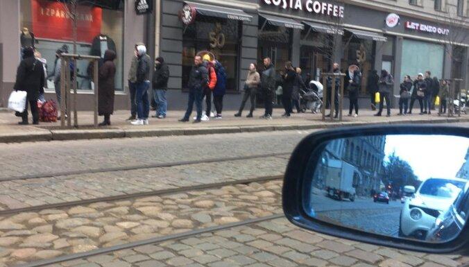 ФОТО: В первый день открытия магазинов люди выстроились в очереди
