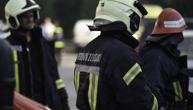В Риге на автостоянке горело здание