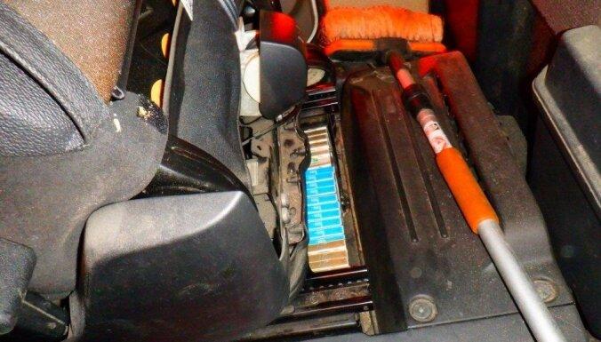 ФОТО. В кабинах грузовиков обнаружены тайники с сигаретами