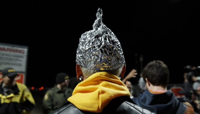 Kā atšķirt īstu sazvērestību no soctīklos tapušas 'folijas cepurīšu' teorijas