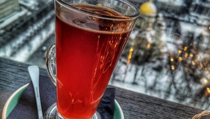Alkoholiskais kokteilis 'Karstā dzērvene ar jumtiņu'