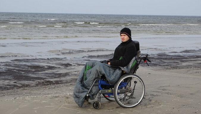 18 gadus vecais Ričards dažu dienu laikā tika piekalts ratiņkrēslam. Sapnis – atkal nostāties uz kājām