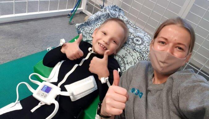 'Supervaroņu tērpi' nonākuši pie pirmajiem pacientiem, lai rehabilitāciju varētu turpināt mājās