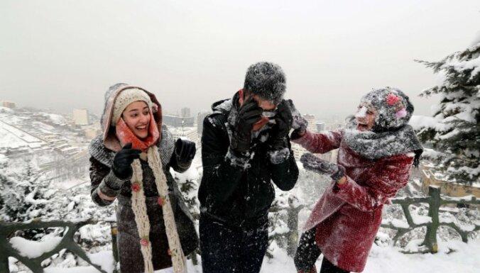 Irānu piemeklē 50 gados spēcīgākā sniega vētra; pusmiljons māju bez elektrības