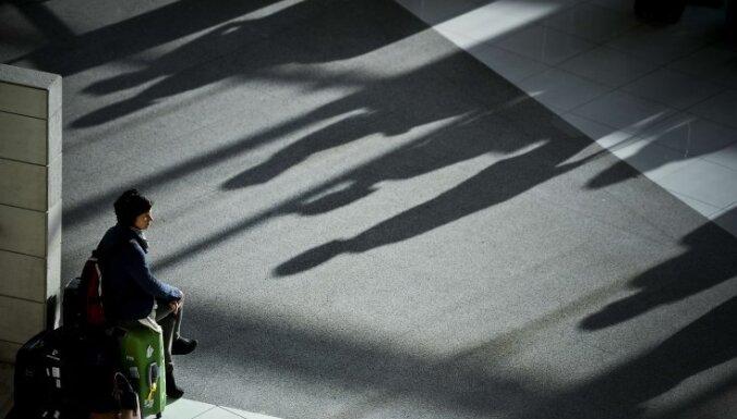 Trīs policijas redzeslokā esošas personas cenšas izceļot no Latvijas