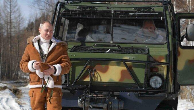 ФОТО, ВИДЕО. Пикник, прогулки, вездеход: как Путин и Шойгу провели выходные в Сибири