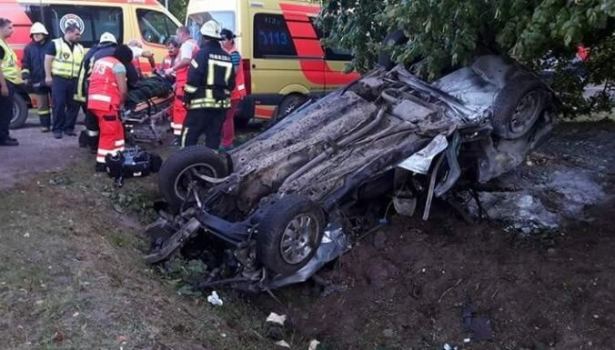 В Латгалии пьяный водитель опрокинул машину
