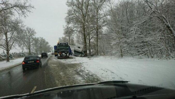 Brīdina par spēcīgu snigšanu ceturtdien valsts centrālajā un austrumu daļā