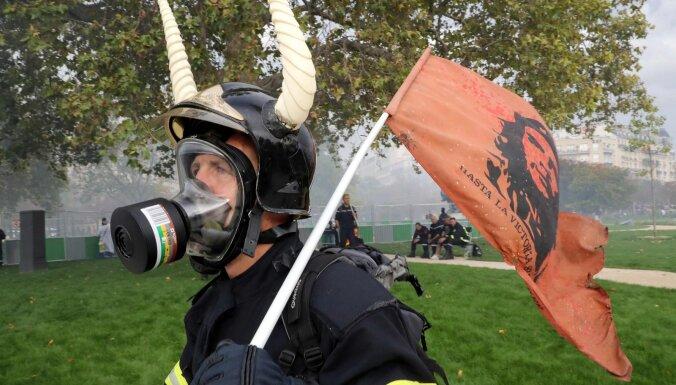 Parīzē lieto asaru gāzi un ūdens lielgabalus pret protestējošiem ugunsdzēsējiem