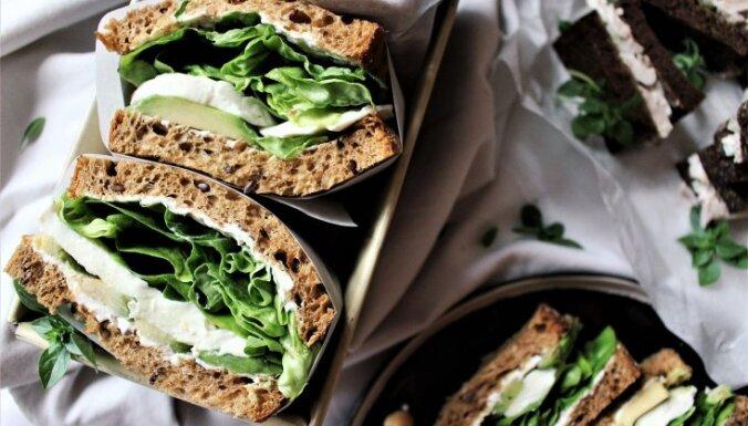 Veģetārās sviestmaizes ar avokado un mocarellu