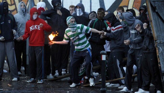 Ziemeļīrijā katoļu un protestantu sadursmēs ievainoti 47 policisti