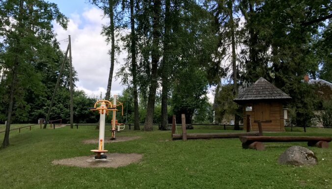 ФОТО. Парк сказок Викса с разнообразными деревянными скульптурами