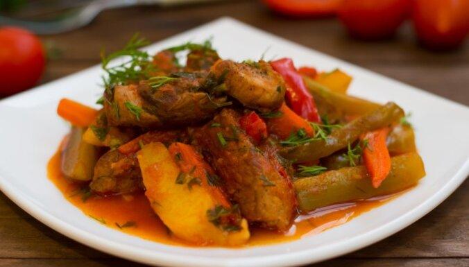 Azū – gaļas sautējums ar kartupeļiem, sālītiem gurķiem un tomātu mērci