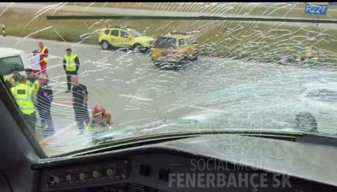 """ФОТО: Самолет """"Фенербахче"""" экстренно приземлился после столкновения с птицами"""