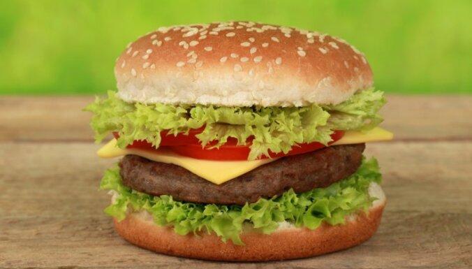 Пьяный муж явился домой под утро и принес жене гамбургер; женщина вызвала полицию