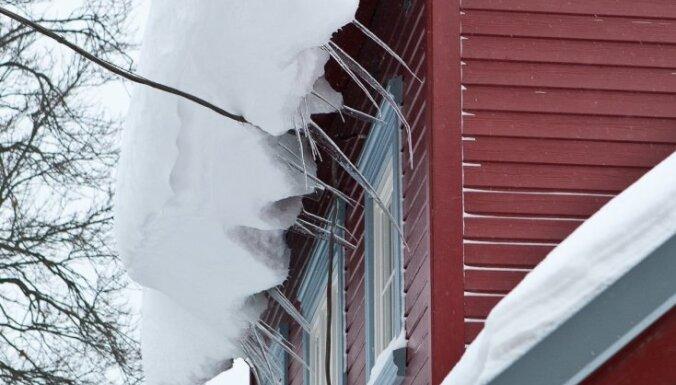 Sniega dēļ Beļģijā iebrūk rūpnīcas jumts