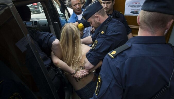Активистки Femen разделись в главной мечети Стокгольма