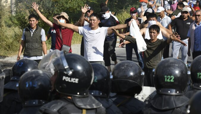 Президент Кыргызстана ввел в Бишкеке чрезвычайное положение. В столице начались столкновения