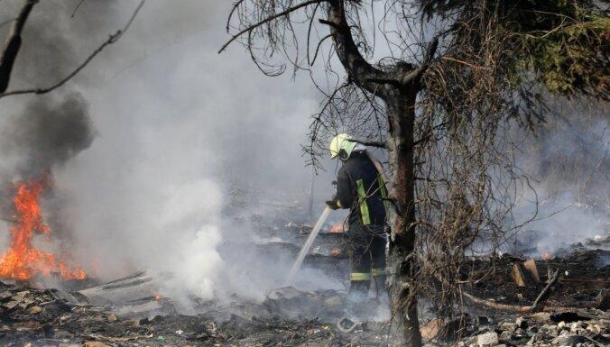 Foto: Atkritumu izgāztuves ugunsgrēks pie Daugavgrīvas šosejas