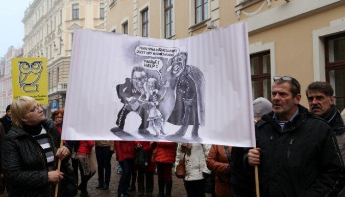 Foto: Ap 200 cilvēku pie Saeimas protestē pret zemo veselības nozares finansējumu