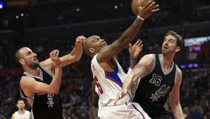'Spurs' bez Bertāna viesos uzvar 'Clippers' basketbolistus