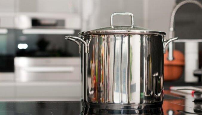 Sirmgalvis gūst nopietnus apdegumus, plīstot burkai ar karstu tomātu sulu