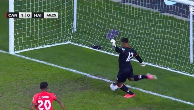 Video: Haiti futbola vārtsargs kuriozi neveikli iesit savos vārtos