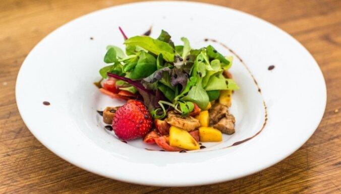 Pīles salāti ar zemenēm un mango