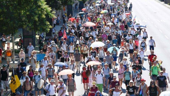 Štutgartē protestē pret pandēmijas dēļ noteiktajiem ierobežojumiem