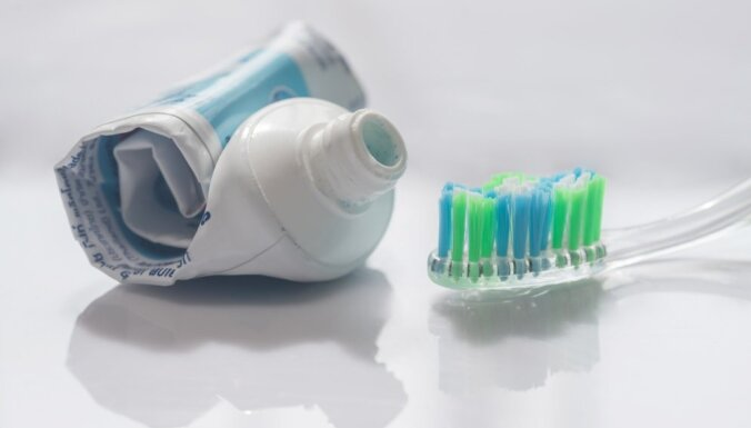 Все гениальное - просто: как очистить унитаз при помощи зубной пасты