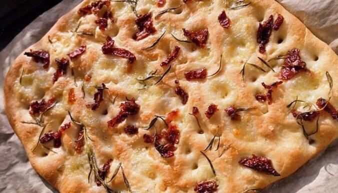 Kraukšķīgā itāļu maizīte ar rozmarīnu un saulē kaltētiem tomātiem