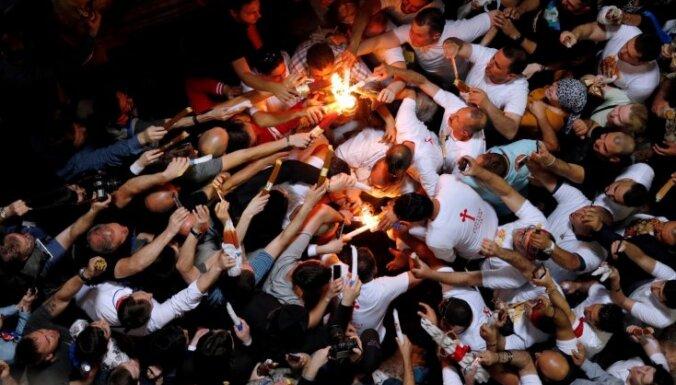 Foto: Pareizticīgie kristieši Jeruzalemē sagaida svētās uguns parādīšanos