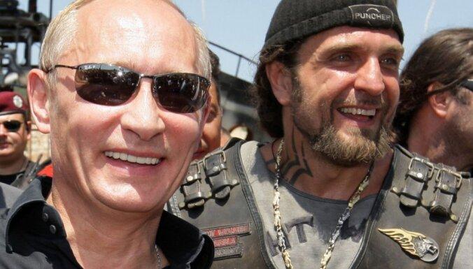 Ar propagandas caurvītu šovu un svastiku krievu motociklisti svin Krimas aneksiju