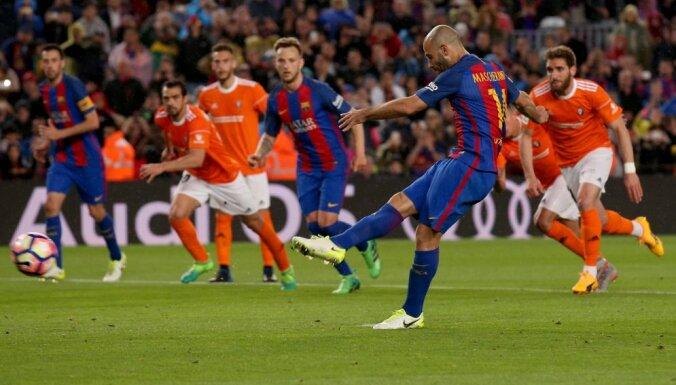 Barcelona Javier Mascherano scores goal from penalty