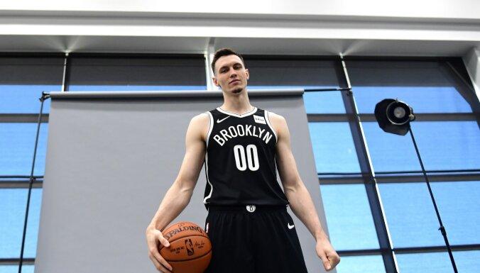 Латвийскую звезду НБА Куруца судят по обвинению в нападении на подругу