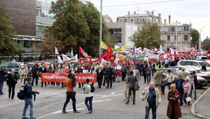 ФОТО, ВИДЕО: Полиция уточнила число участников акции против перевода школ на латышский язык обучения