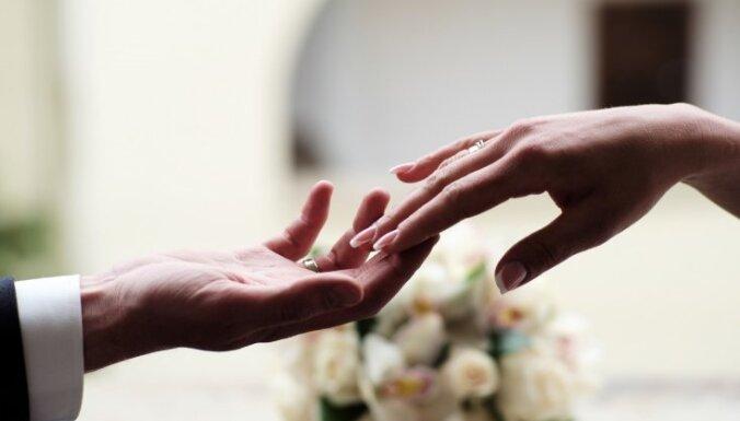 Опрос: при выборе супруга латвийцы отдают предпочтение его внешнему виду, а не богатству
