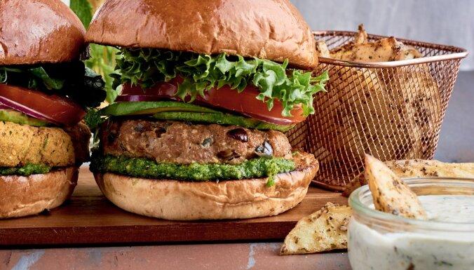 Tītara burgers ar pētersīļu pesto
