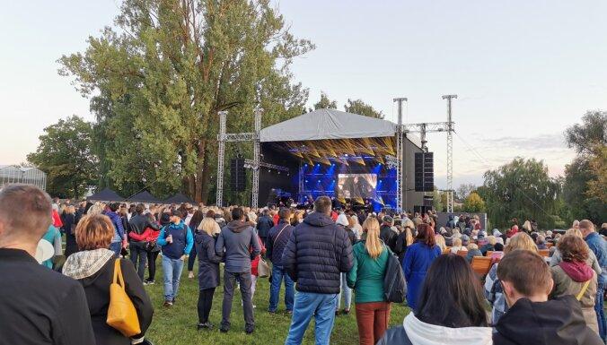 Lasītājs: cilvēku dalīšana Salaspils svētkos cieta fiasko; pašvaldība – pasākums tika kontrolēts