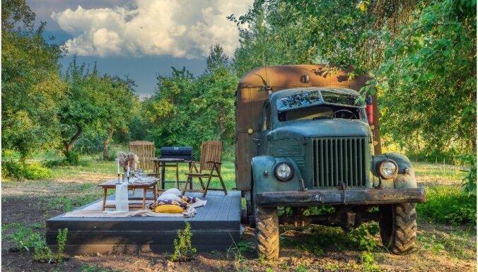 """ФОТО. Необычное место для отдыха для двоих – полностью """"упакованный"""" грузовик ГАЗ-63"""
