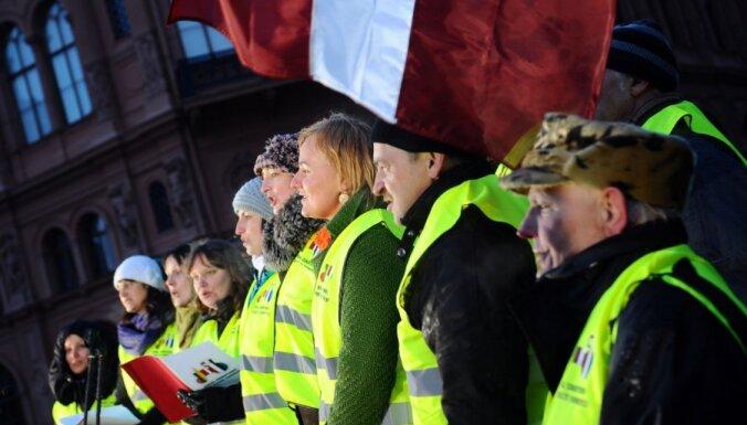 Латвия готова блокировать бюджет ЕС, возмущенные крестьяне протестуют в Брюсселе